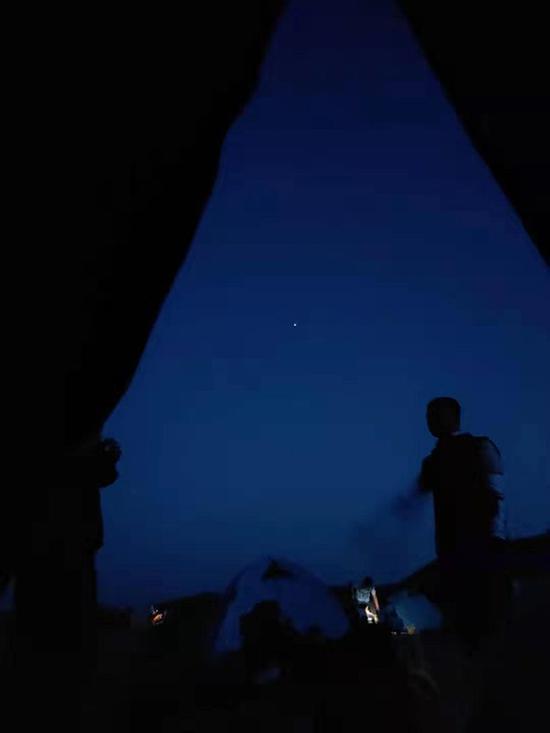 帐篷中望出去的黑夜