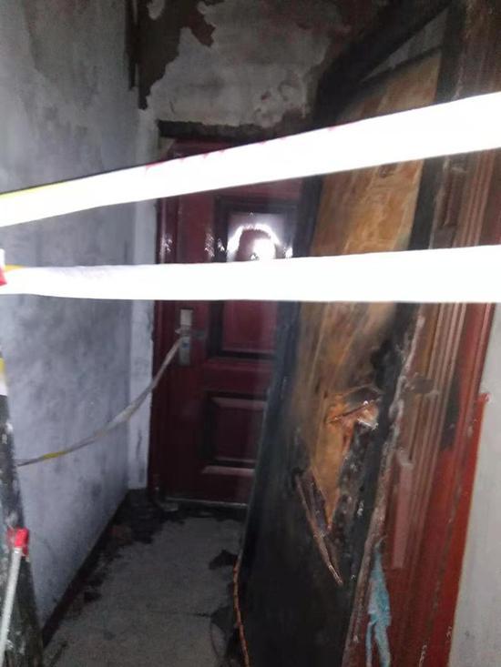 事发后,刘明家已经换上新门,烧坏的旧门被搁置在旁。      受访者 供图
