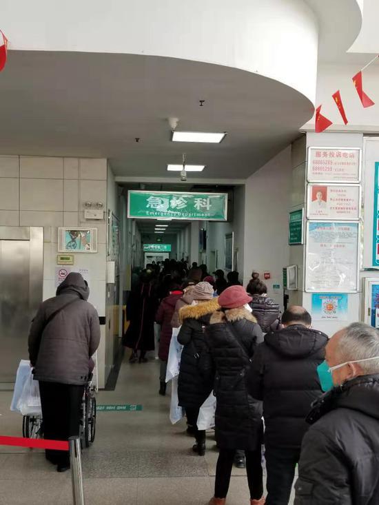 1月30日正午,武汉第六医院,发热患者排着长队期待就医。