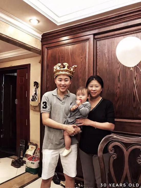 2018年12月,叶海洋30岁生日时与母亲、女儿合影。受访者供图