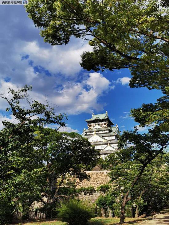 大阪城天守阁。天守阁是日本战国时期修建的大型城堡,在军事上有关楼和瞭望塔的作用。同时,它也是城主的居住之地,象征着城主的政治权力和地位。现在的天守阁建成于1931年,是模仿丰臣秀吉时代的天守阁建造的(央视记者荆伟拍摄)