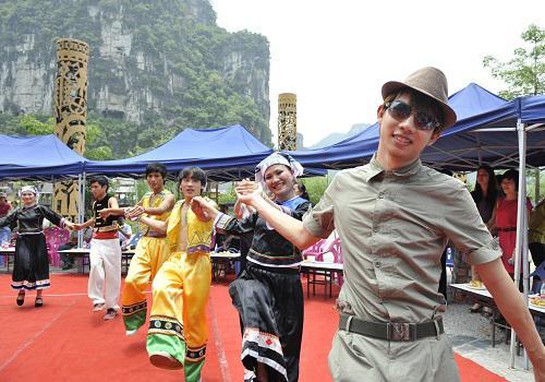2011年5月22日,东盟青年与当地壮族青年共同跳首民族舞蹈。新华社记者 刘广铭 摄