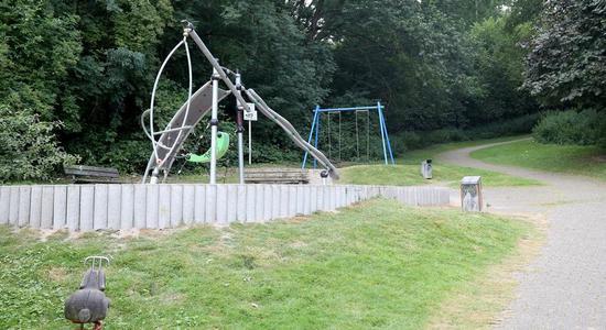几位居民发现集体性侵的公园现场图 图自推特