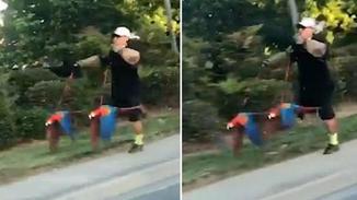美国男子每天牵着两只鹦鹉跑步
