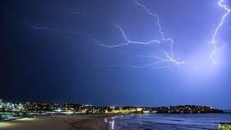 澳洲一天内遭80万道闪电袭击