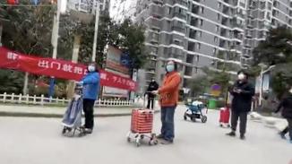 武汉小区全封闭 老人隔护栏排队买菜