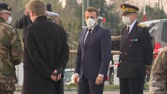 马克龙戴口罩视察重灾区 动员军队抗疫