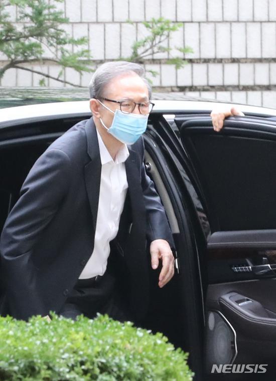 3日,李明博法院外下车,准备出庭受审。(纽西斯通讯社)