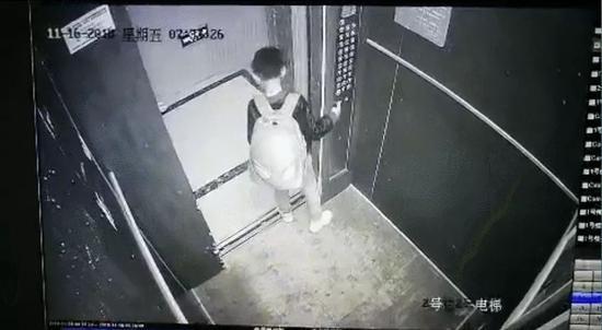 男孩不停开关电梯被困十分钟 电梯是特种设备不是玩具!