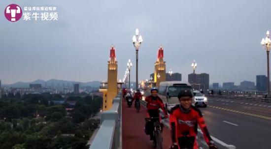 兰老师一行人在达到南京长江大桥