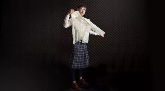 穿裙子的冯答谦。图片来自香港中文大学官网