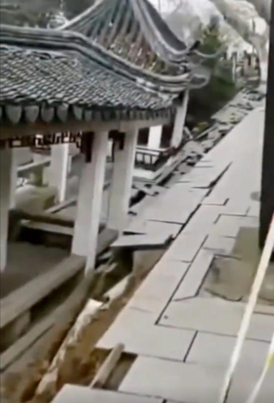 苏州十全街有路面发生塌陷。视频截图