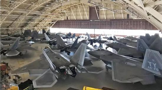 """今年5月,F22在机库中躲避""""阿尔贝托""""的照片"""