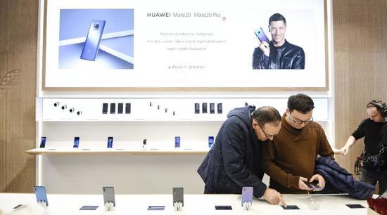 ▲12月15日,波兰华沙,东北欧地区始个华为高级体验店开业。(视觉中国)
