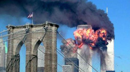 (2001年9月11日,世贸中心遭飞机撞击后爆炸起火 图片来源:路透社)