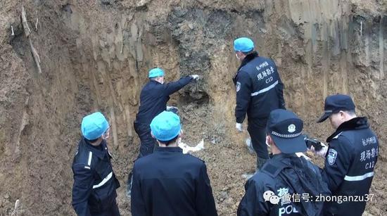 ▲2017年1月,桐庐警方在桐庐县瑶琳镇大庙村敖岭山寻找王海涛的遗体。警方供图