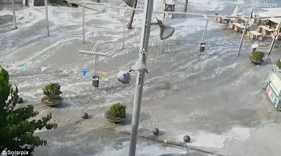 约1.53米高海啸袭击西班牙 道路被毁物品漂流(图)
