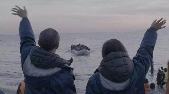 △《芳舟》剧照,希腊莱斯沃斯岛难民船登岸。