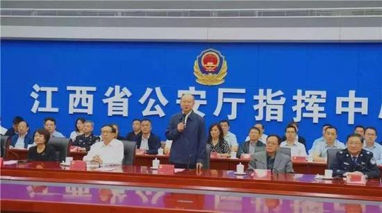 支树平(中间)在江西省公安厅指挥中心现场下达行动命令