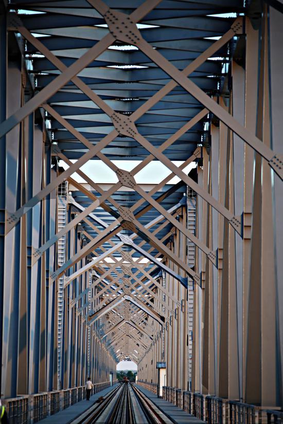 ▲中俄首座跨黑龙江铁路桥同江大桥。(6月4日摄)本报记者谢锐佳摄