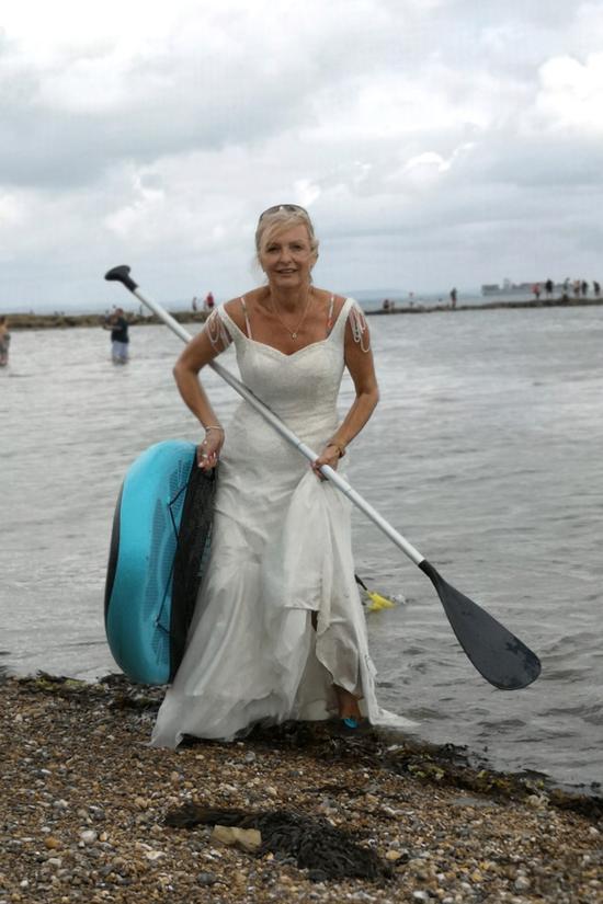 英国女子穿婚纱做水上运动(《纽约邮报》)