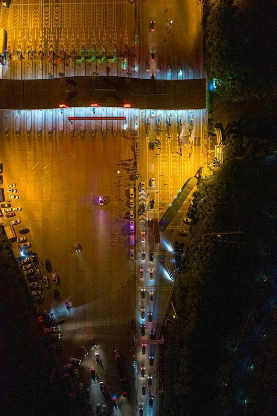 当日零时,武汉西收费站所有道口全部打开,车辆有序驶入高速公路。澎湃新闻记者 孙湛 图