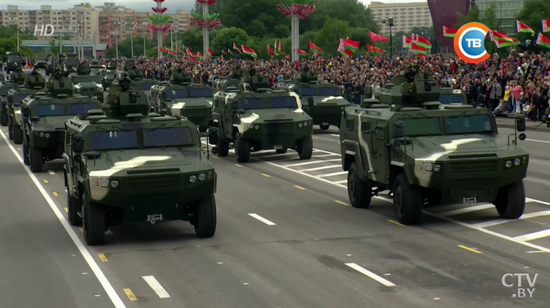 武装越野_白俄罗斯阅兵:乘红旗车检阅我军仪仗队和中国武器|白俄罗斯 ...