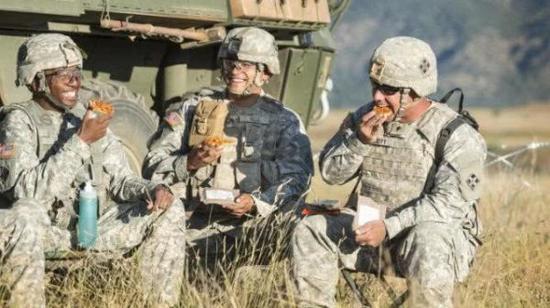 ▲美军士兵品尝野战披萨饼。