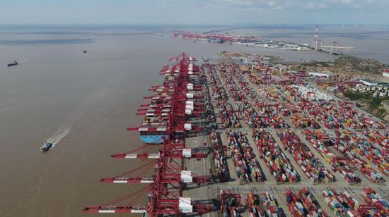 """资料图片:全球最大的集装箱港口""""上海洋山深水港""""(新华社)"""