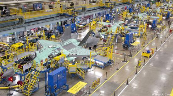 原料图片:洛马公司F-35A隐身战机生产线。(图片来源于网络)