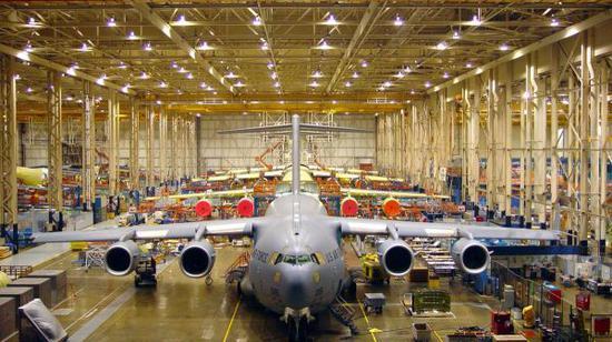 原料图片:美国波音公司C-17运输机生产线。(图片来源于网络)