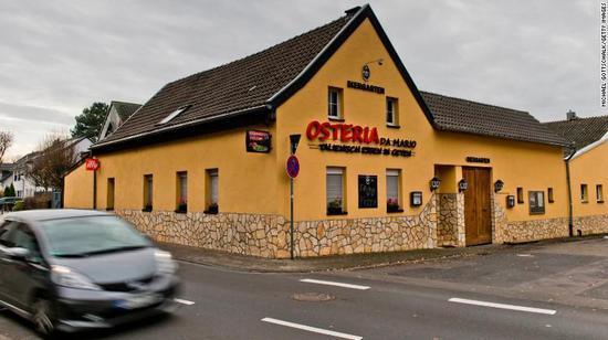"""▲警方上周三在德国一家披萨店逮捕了一名""""光荣会""""成员。图片来源:CNN"""