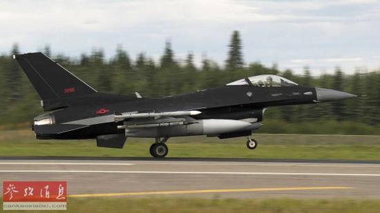 """2017年8月阿拉斯添""""红旗""""军演期间,美空军第18假想敌中队F-16C战机,采用相通FC-31(另有称歼-20)的暗色涂装。"""