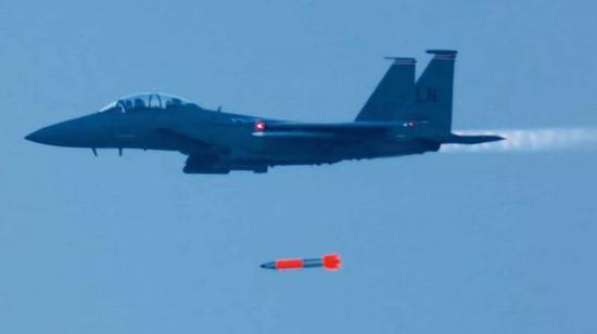 资料图片:美空军F-15E战机进行B61-12自由落体核弹投放测试。(图片来源于网络)