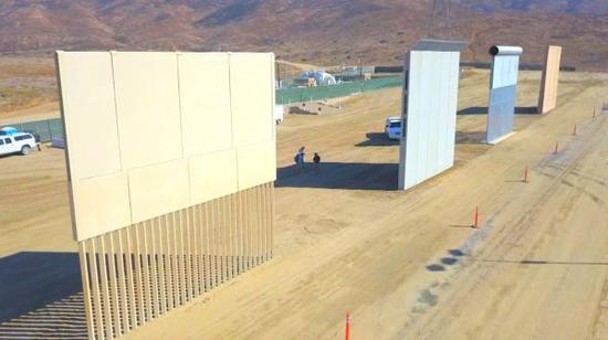 资料图片:正在修建中的美墨边境隔离墙。(图片来源于网络)