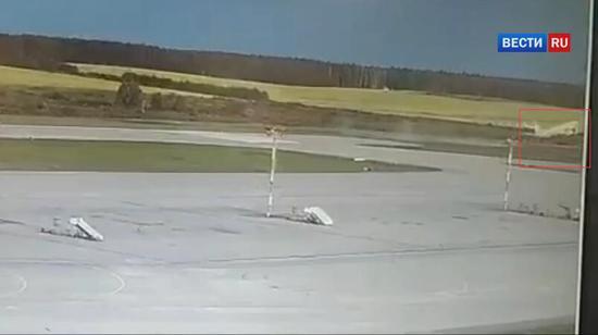 (飞机冲出跑道后依旧成功起飞,现场视频监控)