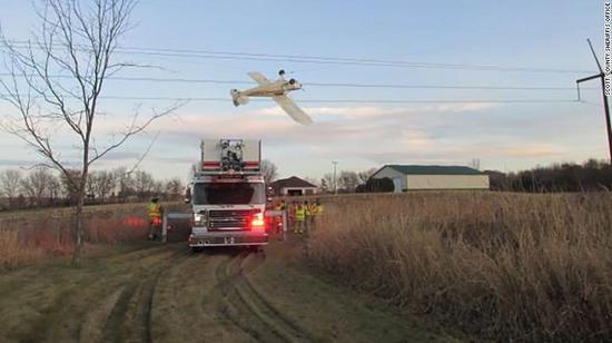 现场图:断电后,飞行员获救(CNN)