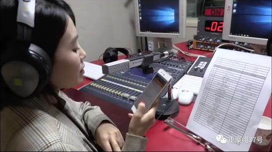 ▲主办人姜丽子正在广播。受访者供图