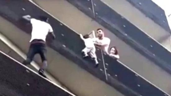 ▲加萨马徒手攀登上了四层楼高的公寓,救下了一名悬在阳台外的男童。