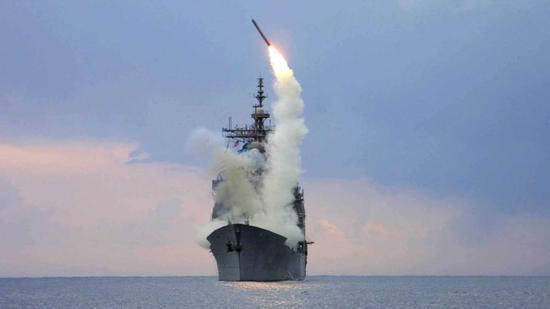 资料图:美国军舰发射战斧导弹画面