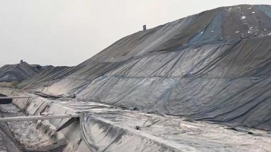 長江岸邊鋼渣堆積如山