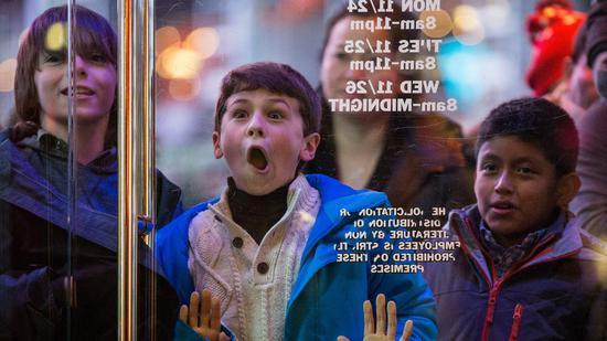 去年黑五节(美国购物节),盼守在玩具反斗城外的孩子 @视觉中国