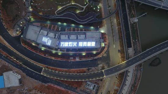 夜幕下的港珠澳大桥人工岛变电站高空俯瞰图