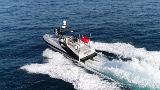 """云洲""""�t望者Ⅱ""""察打一体导弹无人艇海上高速自主行驶。"""