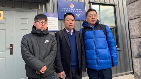 ▲金哲宏的两名代理律师与金哲宏的儿子今天上午进入吉林省高院听候宣判。新京报记者王巍摄