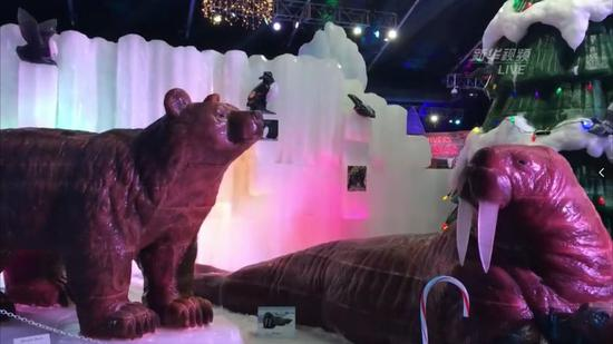 图为棕熊、海象等冰雕。