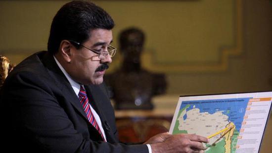 """委内瑞拉总统在查望""""委圭一时边界""""(来源:美国广播公司)"""