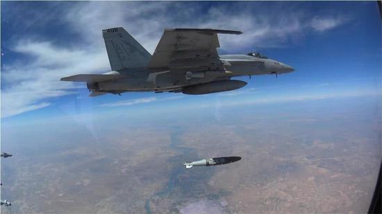 美海军F/A-18E战机在叙利亚抛掷卫星制导炸弹轰炸IS现在的。