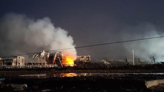 响水爆炸厂区再起明火 伴有浓烟升起(图)