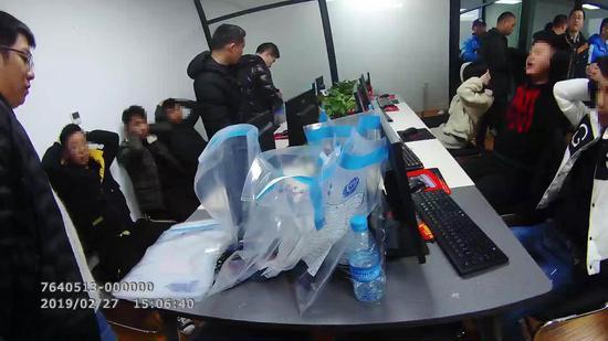 抓捕犯罪团伙现场。上海警方供图